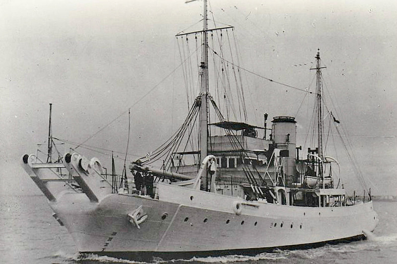 1938 to 1952 - BARRICADE (Z83) - Bar Class Boom Defence Vessel - 533 tons - 41.1 x 7.8 - 1938 Charles Hill & Sons, Bristol - 1x3in.AA - 12 knots - 05/52 sold for breaking.
