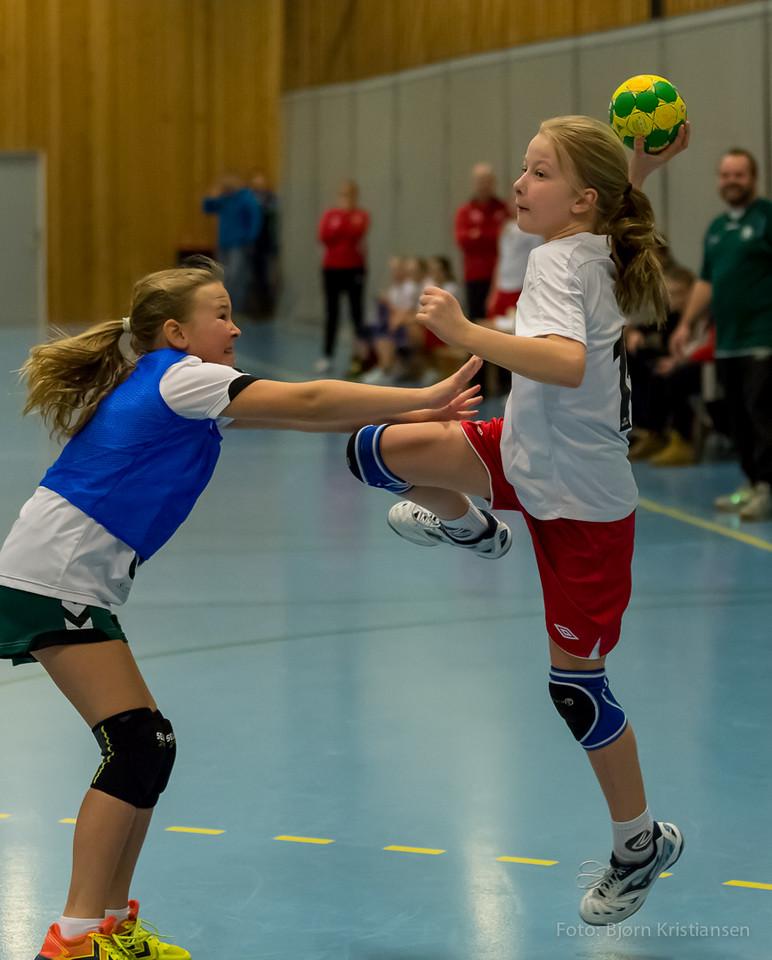 Skedsmo Håndballkubb J03 møtte Nannestad på hjemmebane 1. mars 2015  Jentene kontrollerte kampen hele veien og vant fortjent. Kristine, Frida og Maya fra SHK J04 hospiterte på SHK J03 og var sterkt delaktige i den klare seieren.