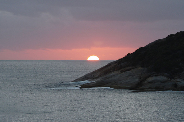 "Sunrise at Two Peoples Bay in Western Australia.<div id=""caption_tourlink"" align=""right"">Link to: <a id=""caption_tourlink"" href=""http://www.fieldguides.com/australia.htm"" target=""_blank"">AUSTRALIA</a><br>[photo © guide Chris Benesh]</div>"