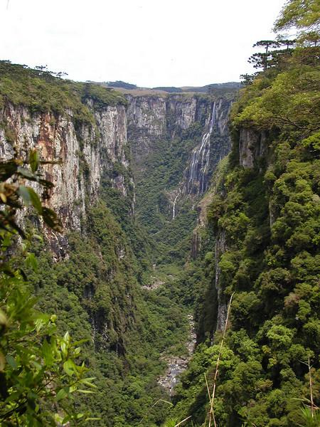 "Itaimbezinho Canyon <div id=""caption_tourlink"" align=""right""><br>[photo © guide Bret Whitney]</div>"