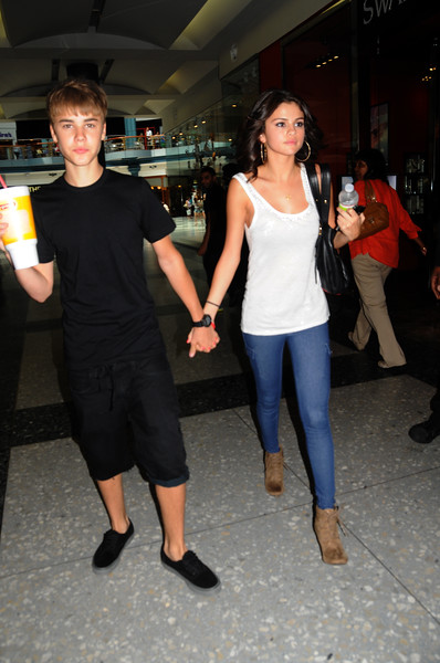 Justin Bieber and Selena Gomez at Shops of Liberty Place, Phila Pa getting a smoothie