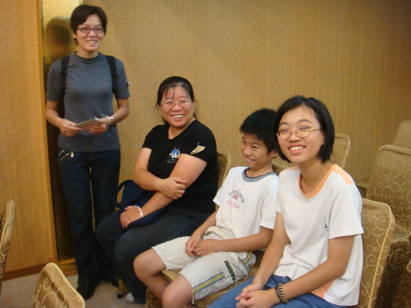 The other side of family..sister Wen Hui(standing)  and one sister in law with her children.
