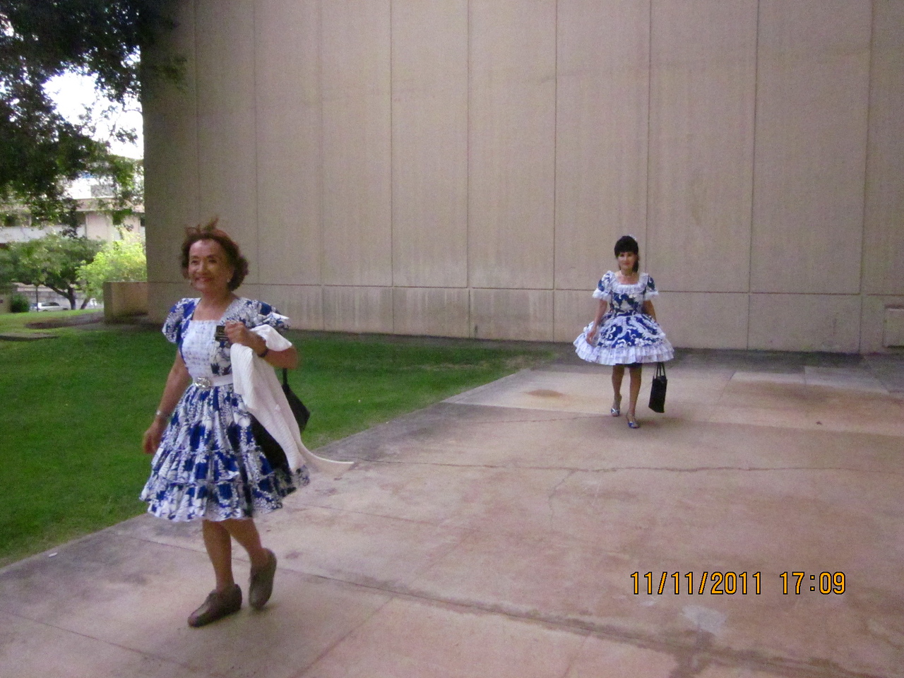 we carpooled for SQ dance demo at UH.. Linda in the front and mommy trailed in.. We are wearing the Hawaii Federation color..
