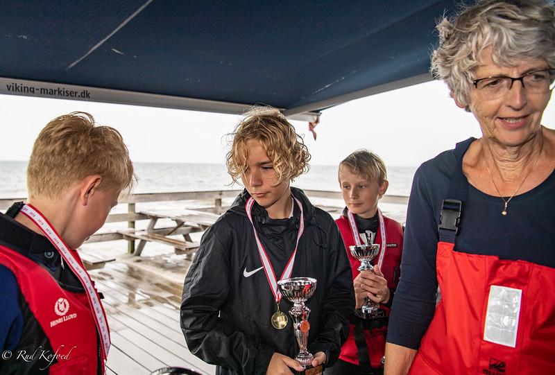 Sletten Bådeklubs formand Eva Hofman-Bang var 'gast' på Knud Sants dommerbåd - og bagefter lykkens gudinde, der uddelte pokaler til vinderne