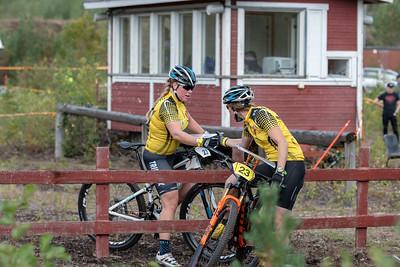 Naisten voittajajoukkue Koovee. Henna Saarinen ja Marika Hara.