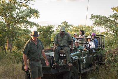 Idube Ranger Rob helping another lodge vehicle