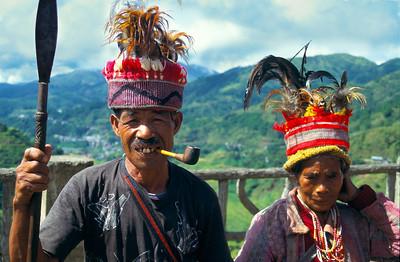 """THE PHILIPPINES  05 Luzon Island. Ifugao-volk : nog geen vijftig jaar geleden waren de inwoners van """"view point"""" gevreesde koppensnellers. Nu poseren ze in ruil voor wat klein geld. Efugao-mensen zijn bekende houtbewerkers. Hun beelden vind je zowat overal in Luzon. Sommige kinderen komen naar school (bergaf) op houten fietsen zonder trappers die ze aan het einde van dag weer naar boven slepen."""