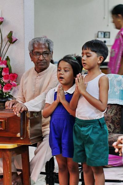 Mohan-bhai teaching singing / Мохан-бхаи - занятия пением