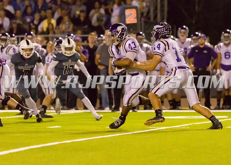 Valencia Vikings Connor Downs (14, QB) hands-off the ball to Moises Haynes (43, RB/MLB)