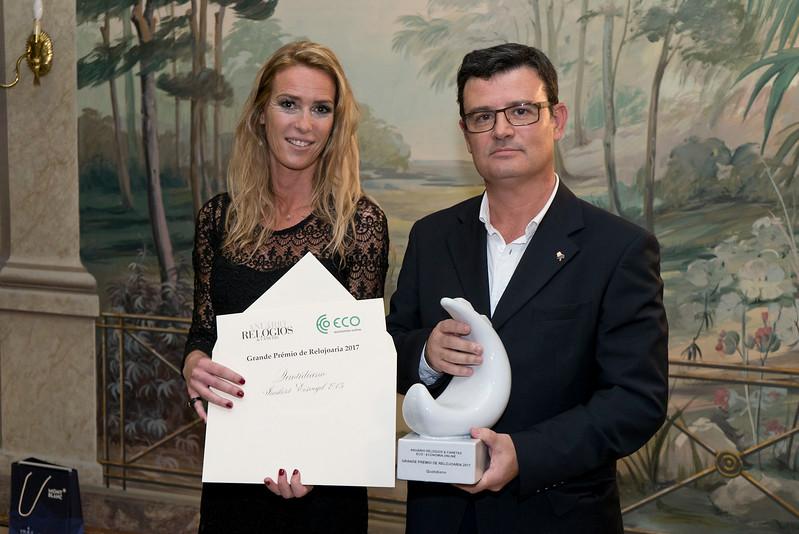 Mafalda Baena (Anuário Relógios & Canetas) entrega o prémio a Jorge Pinheiro, CEO da SRI
