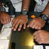 Oficiais da esquadrilha dos submarinos mostram os relógios de pulso criados especialmente pela SRI.