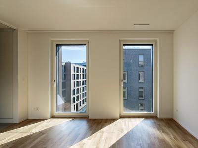 16 Haus A: Zimmer mit Ausblick auf die gegenüberliegenden Häuser. | House A: room with a view towards the houses opposite.