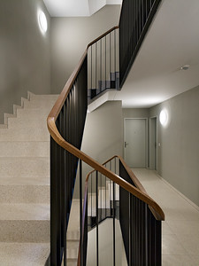 15 Haus C: Warme Farbtöne bestimmen das Treppenhaus. | House C: warm colours define the stairwell.