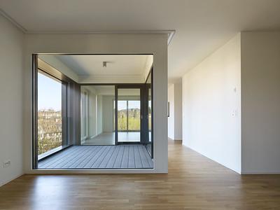 09 Haus A: Die eingezogene Loggia verbindet visuell die Wohn- und Essräume. | House A: the recessed loggia provides a visual link between the dining and living room.