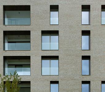 07 Ausschnitt der Fassade mit tiefen Laibungen und lebendigen Fassadenbild | Detail of facade with deep soffits and lively structure