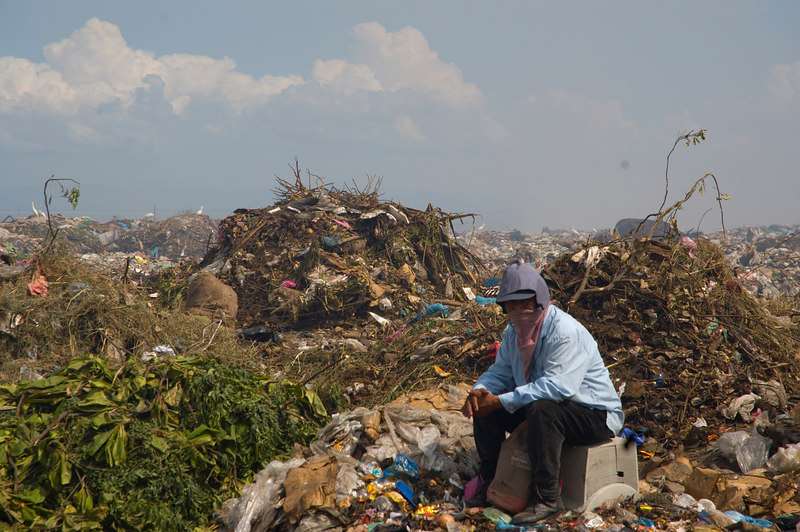"""Nicaragua Mission November 2006<br /> La Chureca """"The Dump""""<br /> One of our team commented that this man looked like a Bedowin in the desert."""