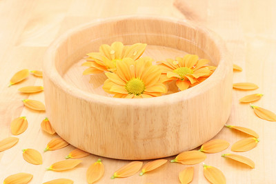 bowl of water and floating daisy flowers