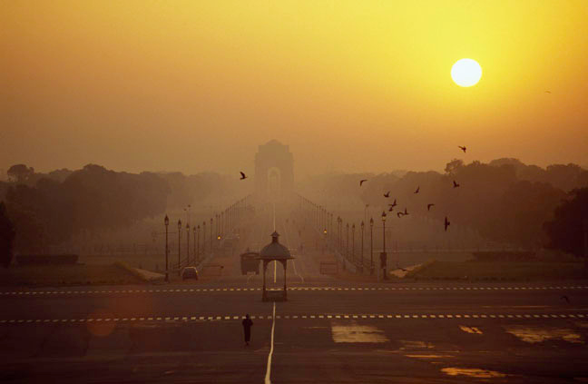 India gate, the triumphal arch, was raised in memory of 90,000 Indian soldiers who died during the First World War. At night the arch is dramatically floodlit while the fountains nearby are lit with coloured light. Delhi, India.