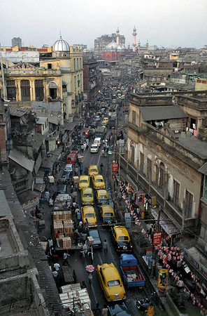 Busy road around Kolkata town. Kolkata, India