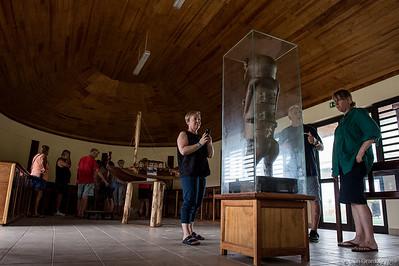 Julie Adams observes A'a's copy in Rurutu's proto-museum. // Julie Adams observe la copie d'A'a dans le proto-musée de Rurutu.