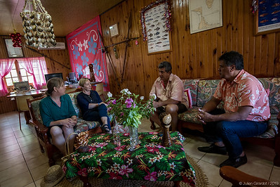 Julie Adams meets with members of Rurutu's council (deputy mayors William LACOUR and Adolphe MONG YEN, on right), in the name of the London British Museum, to pay official respects to the island's population. // Julie Adams rencontre des membres du conseil de Rurutu (les maires adjoints William LACOUR et Adolphe MONG YEN, à droite) afin de rendre un hommage officiel à la population de l'île de la part du British Museum de Londres.
