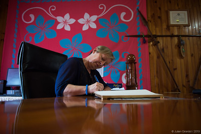 Julie signs the guestbook at Rurutu's mayor's office // Julie signe le livre d'or au bureau du maire de Rurutu