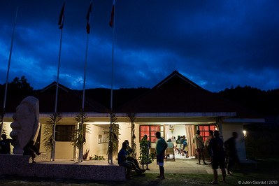 Town hall of Moerai / Rurutu. Julie ADAMS presents her work at the British Museum - especially about the history and her research on Tiki A'a - to the people of Rurutu. // Mairie de Moerai / Rurutu. Julie ADAMS présente son travail au British Museum - notamment sur l'histoire et ses recherches sur le Tiki A'a - à la population de Rurutu.