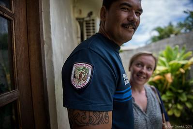 A'a on the commune's logo, worn on the sleeve of a municipal policeman (Xavier PITO) // A'a figure sur le logo de la commune porté en écusson sur la manche d'un policier municipal (Xavier PITO)
