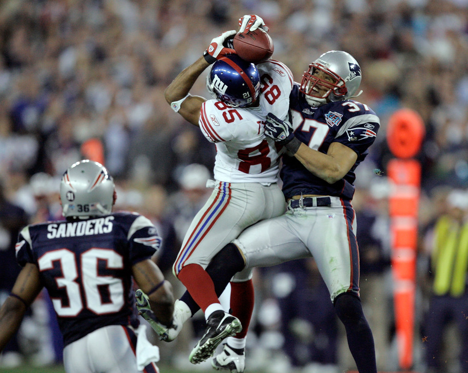 New York Giants receiver David Tyree (85) catches a 32 yard pass while bfe09b49a