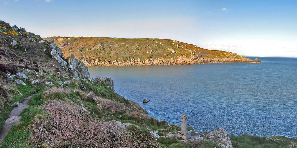 The entrance to Lamorna Cove from the Coast Path.   Note the Celtic cross - there is no indication of why it is there but it doesn't seem to have any great age.