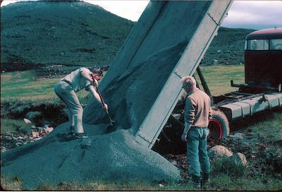 """Magnús Guðmundsson og Hafsteinn Þorgeirsson að klára """"sandbakka"""" á níundu braut í Grafarholti."""