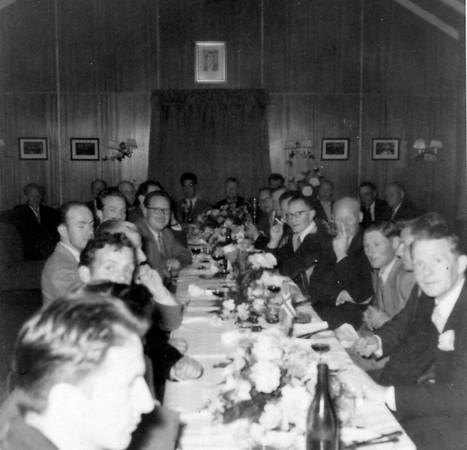 Fagnaður í Golfskálanum í Öskjuhlíðinni árið 1955. Ljósmynd: Úr safni Jóhanns Eyjólfssonar.