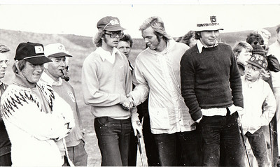 Björgvin Þorsteinsson sigraði á Íslandsmótinu í Grafarholti árið 1974 með miklum yfirburðum. Á myndinni tekur hann við hamingjuóskum frá Jóhanni Óla Guðmundssyni. Loftur Ólafsson sem hafnaði í 3. sæti er hægra megin við þá.