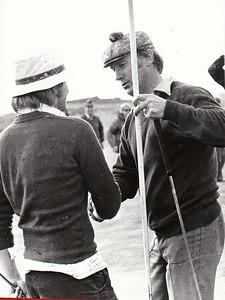 Loftur Ólafsson GN óskar Þorbirni Kjærbo úr Golfklúbbi Suðurnesja með 2. sætið á Íslandsmótinu í Grafarholti 1974.
