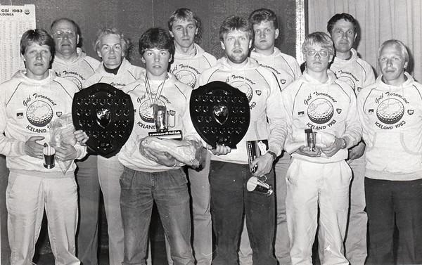 """Verðlaunahafar á BP-mótinu klæðast eins bolum sem merktir eru ,,Golf tournament OLÍS BP Iceland 1983"""" Frá vinstri: Ragnar Ólafsson, Svan Friðgeirsson, Guðrún Lilja Eiríksdóttir, Ívar Hauksson, NN, Sigurður Pétursson, Þorsteinn Lárusson, Franz Páll Sigurðsson, Karl Jóhannsson og Sigurður Hafsteinsson. Úr safni GSí."""