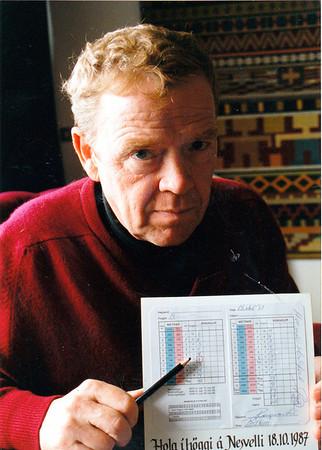 Ragnar Lár, teiknari náði að fara holu í höggi á Nesvellinum 1987. Ragnar var félagi í Nesklúbbnum og hjá Keili. Hann er þó líklega þekktastur fyrir golfteikningar sínar. Hann myndskreytti  meðal annars golfreglubók auk þess sem hann skrifaði um golf í Dagblaðið Tímann. Hann lést árið 2007.
