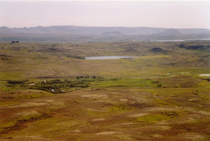 Horft í austurátt. Hitaveitutankarnir í Grafarholti og Reynisvatn.