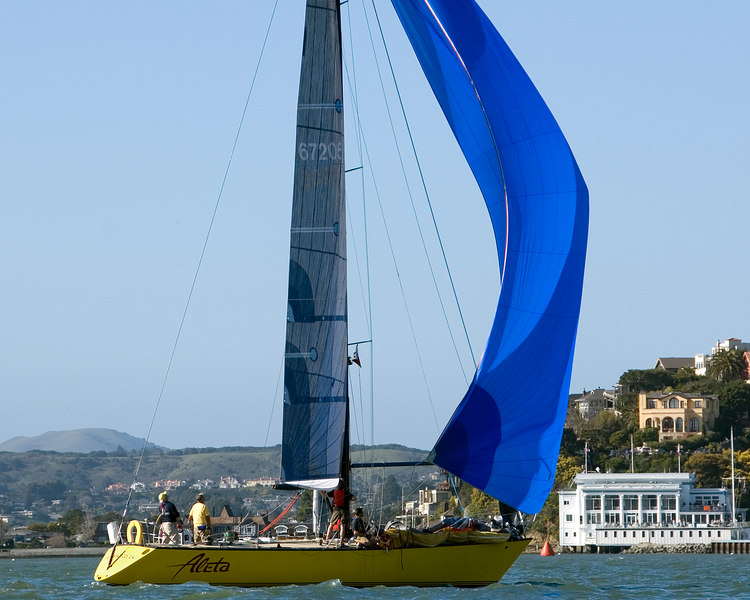 Aleta sails toward the Y and finish.