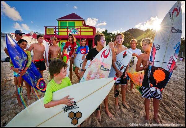 ILE DE SAINT BARTHELEMY. LES JEUNES SURFEURS CLUB DE LA PLAGE DE LORIENT ET LEUR ENTRAINEUR DAVID BLANCHARD.