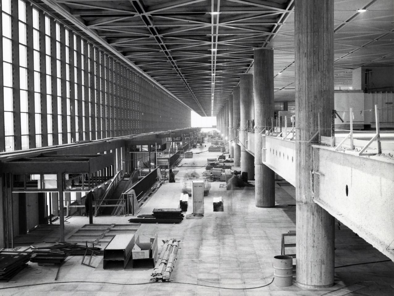 8 -  Aérogare de Mirabel - Hall d'entrée avec rampe d'accès