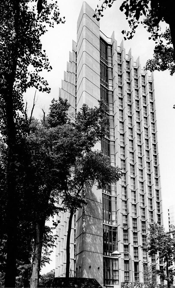 4 - Bâtiment terminé de la résidence des Jeunes Filles, Université de Montréal, Québec