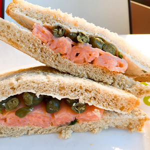 Smoked salmon with capers and cream cheese sambo