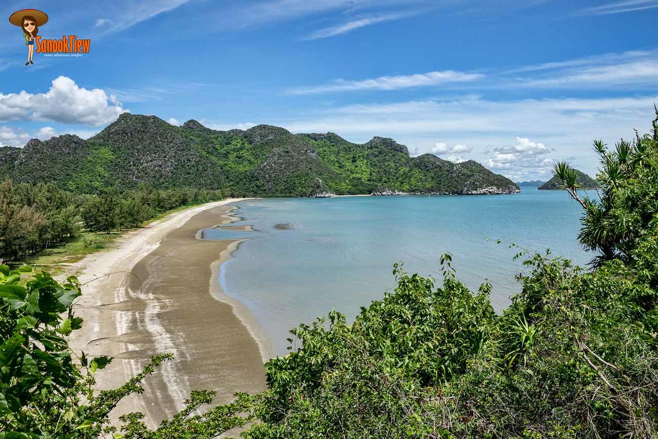 วิวของ หาดบางปู จากจุดเริ่มเดินที่ วัดบางปู ไปยัง หาดแหลมศาลา