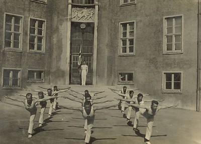 SVíþjóðarfarar æfa, 1932, við Austurbæjarskóla.