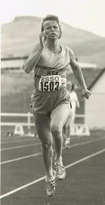 Myndin birtist í DV og er tekin á landsmótinu í Mosfellsbæ 1990. Síðustu 100 m í 400 m sigurhlaupinu.  Unnur Stefánsdóttir, 39 ára.