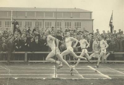 200 m hlaup 17.júní 1950.  1. Hörður Haraldsson 2. Haukur Clausen 3. Ásmundur Bjarnason 4. Guðmundur Lárusson