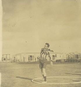 Drengjamót í frjálsum 1923, KR - ingur kastar kringlu.
