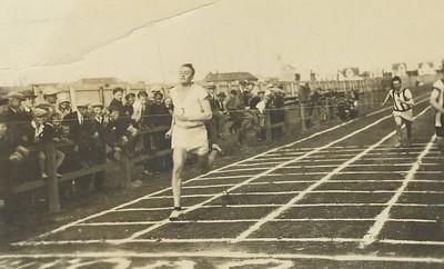 Brandur Brynjólfsson lögfræðingur sigrar í 100 m hlaupi 1940. Nr. 8 er Ingvar Ólafsson málarameistari.