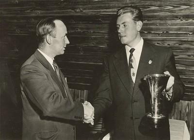 Gísli Halldórsson afhendir Hallgrími Jónssyni forsetabikarinn 1955.