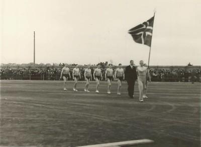 Gengið fylktu liði undir fána til Íslandsglímu 1934. Aftastur Sigurður Thorarensen og þar næst Ágúst Kristjánsson.